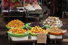 在市场摊位的热带水果 库存图片