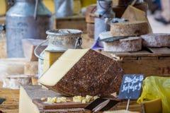 在市场摊位的被分类的乳酪 库存图片