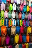在市场摊位的被分类的鞋子 免版税图库摄影