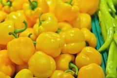 在市场摊位的黄色新鲜的胡椒辣椒的果实 库存照片