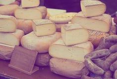 在市场柜台的乳酪 免版税库存照片