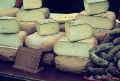 在市场柜台的乳酪 图库摄影