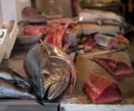 在市场柜台的新鲜的金枪鱼 图库摄影
