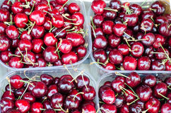 在市场的书桌上的樱桃 图库摄影