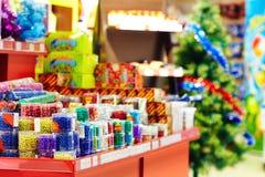在市场的圣诞节装饰在购物中心 免版税库存图片