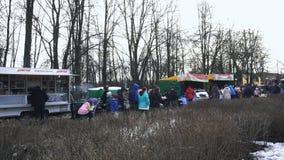 在市场的庆祝在BOBRUISK,白俄罗斯03的假日Maslenitsa期间 09 19 人们走通过商店 ?? 影视素材