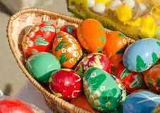 在市场的色的木复活节彩蛋 免版税库存图片