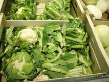 在市场立场的新鲜的花椰菜 库存图片