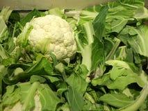 在市场立场的新鲜的花椰菜 免版税库存图片