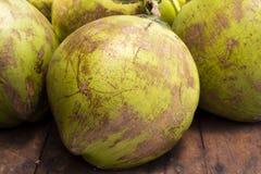 在市场-整个绿色椰子上的热带水果 椰子果皮纹理 椰子树果子特写镜头照片 库存照片