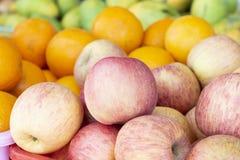 在市场-桃红色苹果,橙色和绿色芒果上的热带水果 热带果子特写镜头照片 库存图片