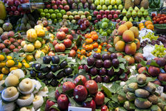 Varioud水果和蔬菜在市场上 库存照片