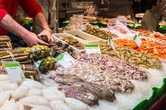 在市场La Boqueria的新鲜的海鲜在巴塞罗那 免版税图库摄影