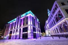 在市政厅的夜视图在老里加,拉脱维亚 图库摄影