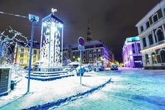 在市政厅的夜视图在老里加,拉脱维亚 免版税库存图片