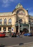 在市政议院附近的人们,艺术nouveau大厦,布拉格 免版税库存照片