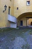 在市构造的黄色的部分的垂直的射击欧洲 库存照片