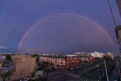 在市的天空的双重彩虹埃尔切在西班牙 库存图片