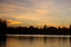 在市的日落有大厦剪影的Udonthani 免版税库存照片