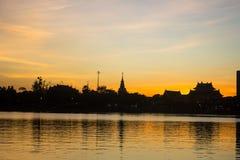 在市的日落有大厦剪影的Udonthani 库存照片