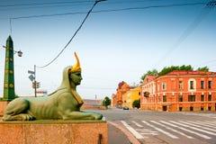 在市的桥梁的埃及狮身人面象雕塑圣伯多禄 免版税库存照片