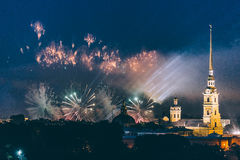 在市的烟花`猩红色宴餐的圣彼德堡俄罗斯航行` 免版税库存图片