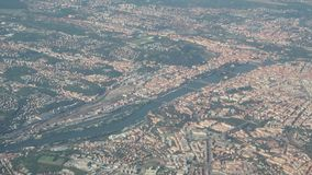 在市的空中风景从飞机窗口的布拉格捷克 股票录像