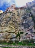 在市的纯粹峭壁建造的议院特罗佩亚在意大利 图库摄影