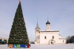 在市的集市广场的圣诞树苏兹达尔, Russi 免版税库存照片