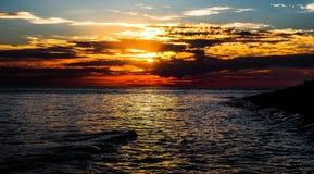 在市的黑海海滩阿纳帕附近,俄罗斯的克拉斯诺达尔地区日落的 免版税库存照片
