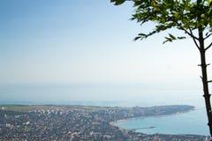 在市Gelendzhik,黑海的Gelendzhik海湾厚实的海角的东部的顶视图  俄罗斯,克拉斯诺达尔边疆区 免版税库存照片