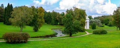 在市Pavlovsk停放有小河的全景 免版税图库摄影