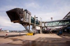 在布吉国际机场的大厦aerobridge 2012年7月28日 普吉岛泰国 免版税库存照片