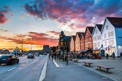 在布吕根在卑尔根市中心,霍达兰,挪威的五颜六色的日落 免版税图库摄影