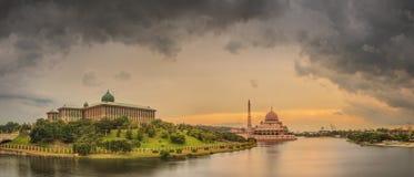 在布城吉隆坡清真寺和全景的日落  免版税库存照片