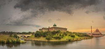 在布城吉隆坡清真寺和全景的日落  图库摄影