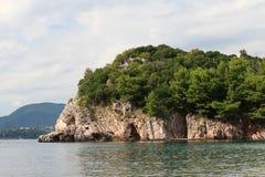在布德瓦里维埃拉的美丽如画的岩石在黑山 库存图片