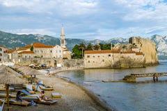 在布德瓦附近老镇靠岸在黑山在晴天 免版税库存照片