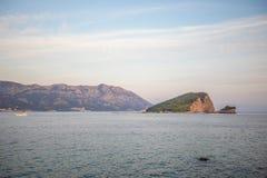 在布德瓦,黑山附近的岩质岛 图库摄影