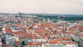 在布拉格上屋顶的飞行  股票视频