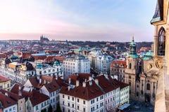在布拉格全景的看法有红色屋顶和历史的建筑学的 库存照片