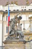 在布拉格城堡入口的巨人雕象 库存照片