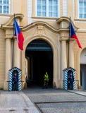 在布拉格城堡入口门的卫兵  免版税库存照片