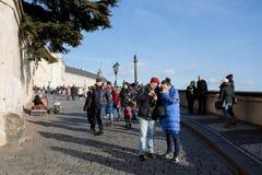 在布拉格城堡前面的游人队列 免版税图库摄影