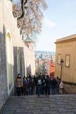 在布拉格城堡前面的游人队列 库存照片