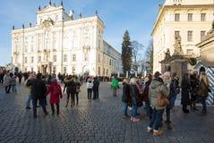 在布拉格城堡前面的游人队列 库存图片