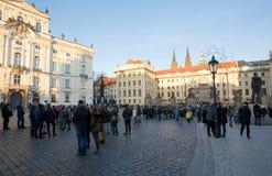 在布拉格城堡前面的游人队列 免版税库存图片