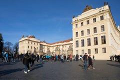在布拉格城堡前面的游人队列 免版税库存照片