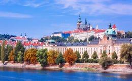 在布拉格城堡和伏尔塔瓦河河,捷克共和国的看法 免版税图库摄影