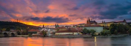 在布拉格城堡和查理大桥,捷克共和国的日落 免版税库存图片